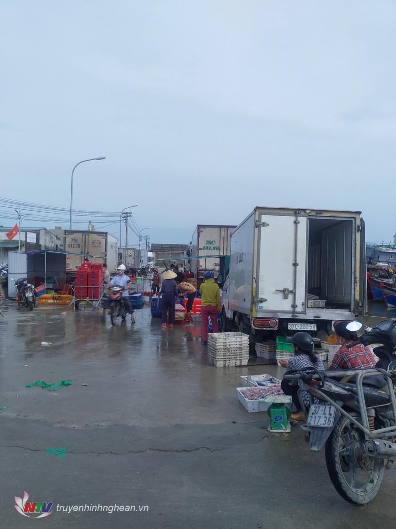 Các thương lái vận chuyển hải sản đi tiêu thụ