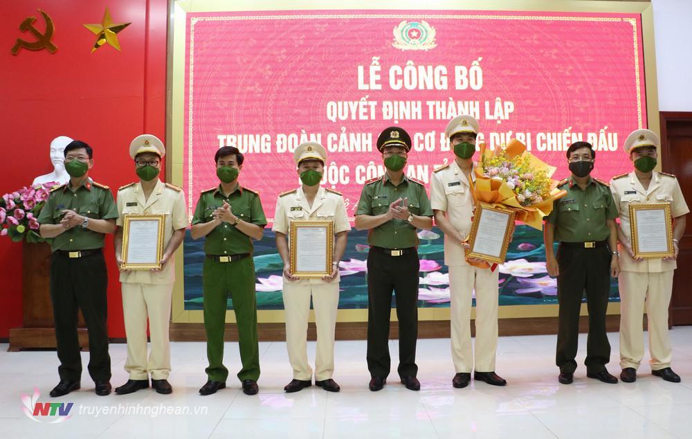 Lãnh đạo Công an tỉnh tặng hoa chúc mừng lãnh đạo, chỉ huy Trung đoàn.