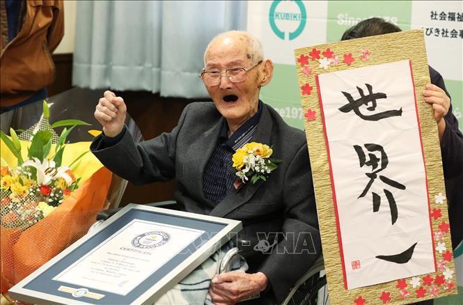 Cụ ông Chitetsu Watanabe được Tổ chức kỷ lục thế giới Guinness trao chứng nhận là người đàn ông cao tuổi nhất hành tinh, tại Joetsu, tỉnh Niigata, Nhật Bản, ngày 12/2/2020.