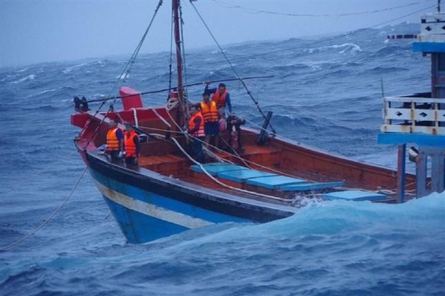 Tàu cá QNg 95058 được ứng cứu. Ảnh CSB