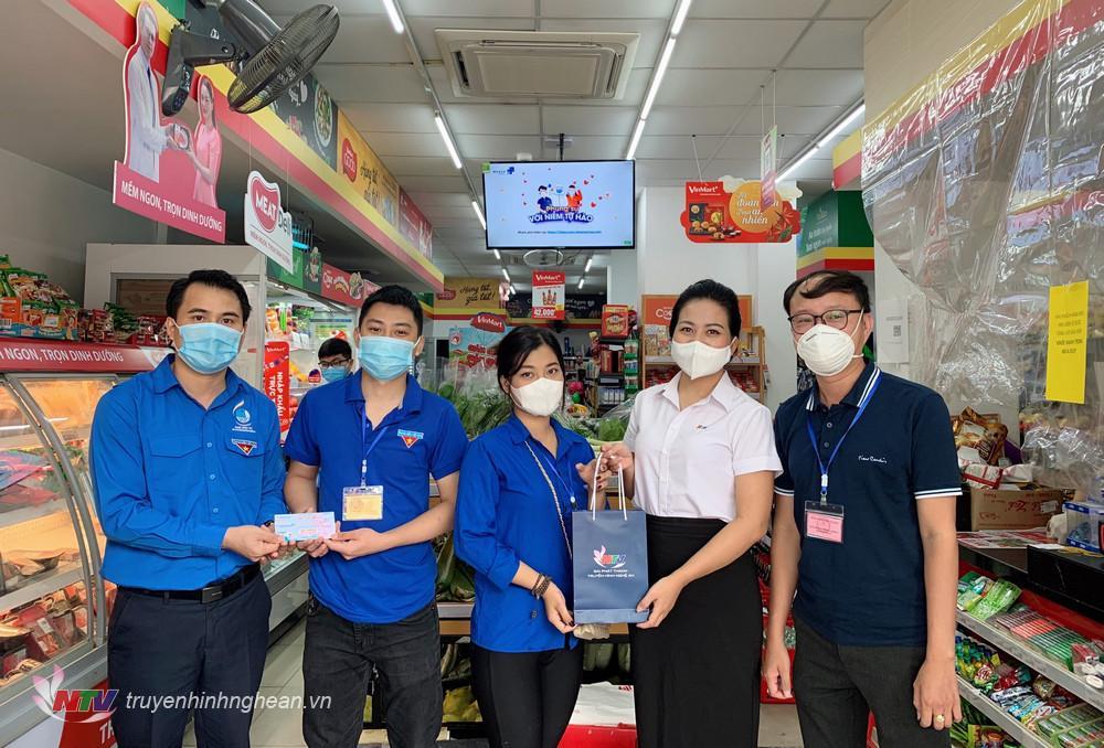 Phó Bí thư Tỉnh đoàn Nghệ An Thái Minh Sỹ và Bí thư Chi đoàn Đài PTTH Nghệ An Nguyễn Thu Hằng trực tiếp trao quà cho lực lượng shipper áo xanh tại điểm đi chợ hộ.