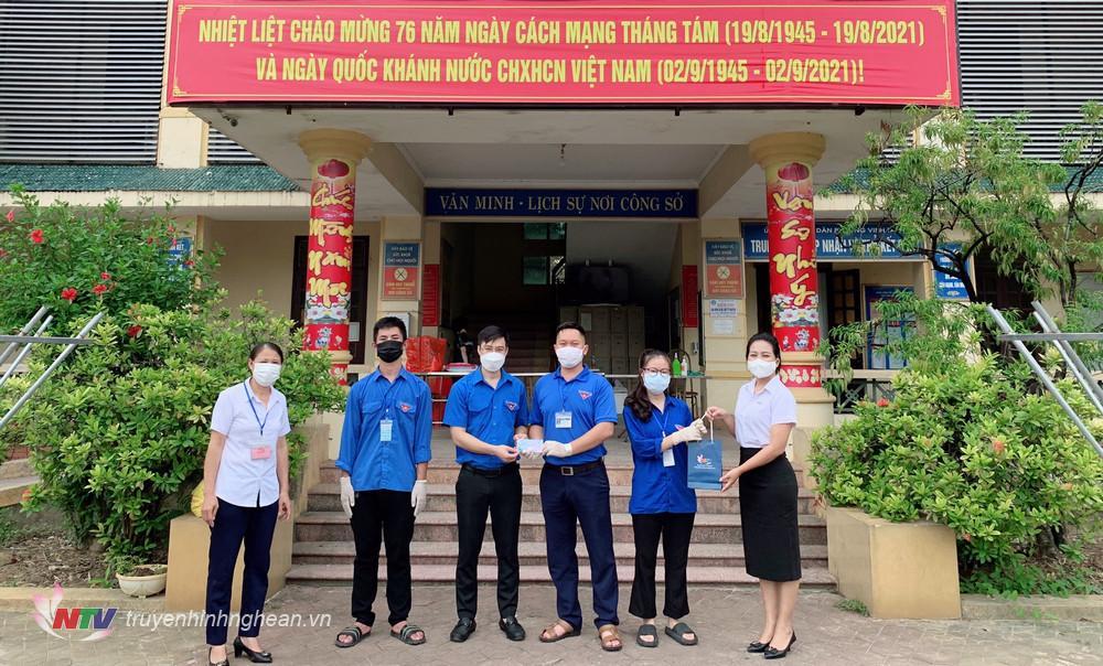 Đoàn trao quà tại phường Vinh Tân, TP Vinh.