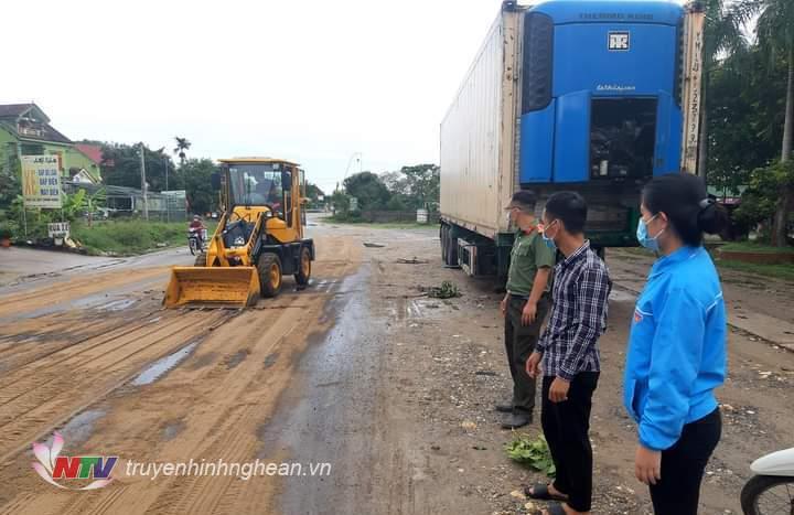Lực lượng chức năng và đội thanh niên xung kích xã Thanh Thủy tập trung phần luồng đảm bảo giao thông tại khu vực dầu bị loang