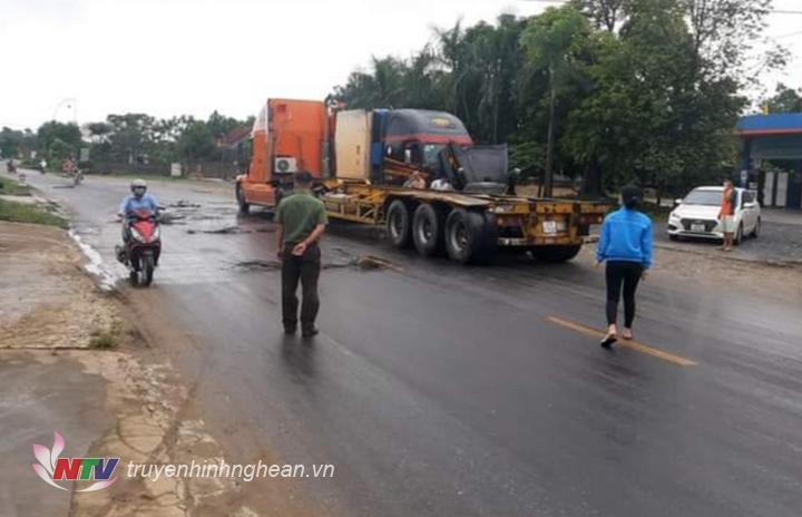 Xe đầu kéo chở bồn chứa dầu bị vỡ bồn trên đường.