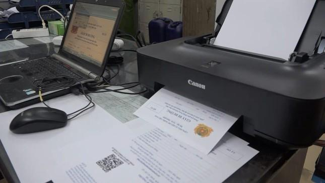 Dụng cụ làm giả giấy tờ bị thu giữ.