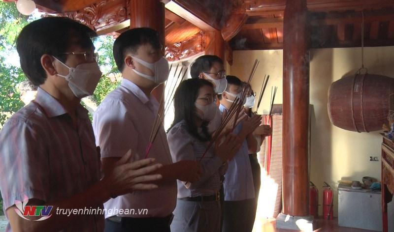 Lãnh đạo huyện Hưng Nguyên dâng hương tưởng nhớ vu Lý Thái Tổ.