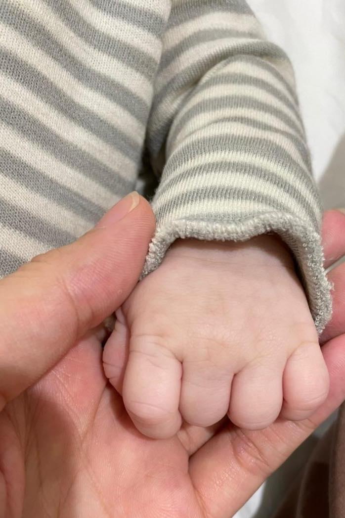 Phạm Hương đăng ảnh chụp bàn tay con trai sơ sinh trên trang cá nhân để thông báo tin vui, dịp sinh nhật tuổi 30 của cô. Ảnh:Fanpage Phạm Hương