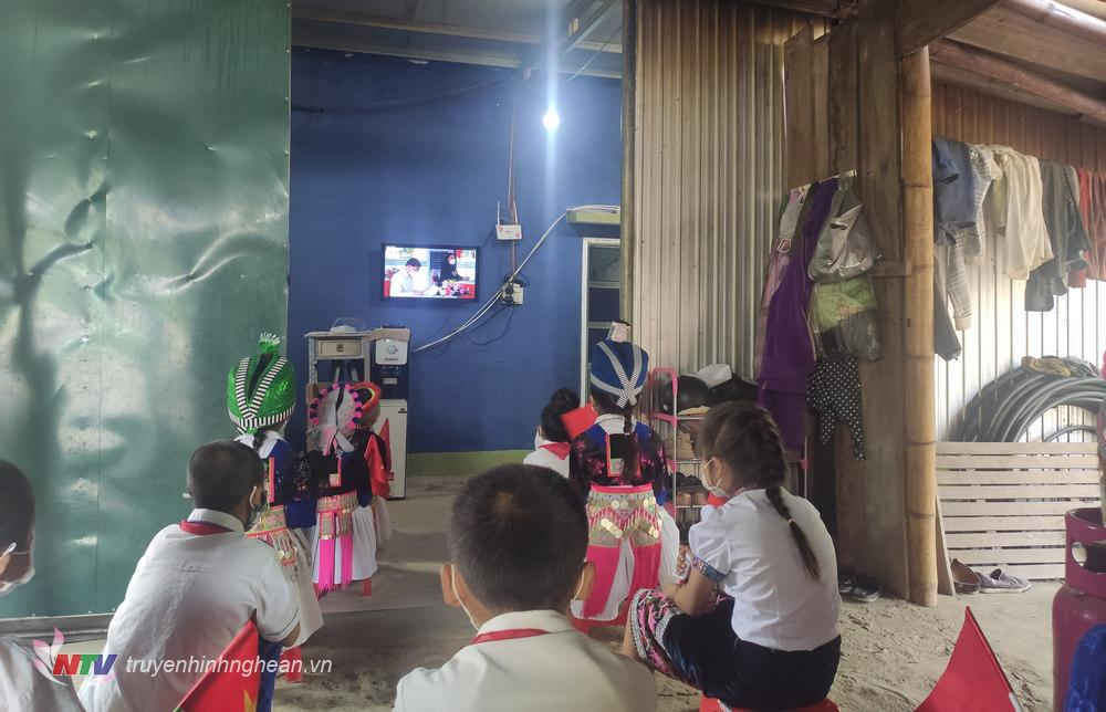 Sáng 5/9, các trường học ở Tương Dương đã bố trí học sinh theo các nhóm nhỏ, từ 5-10 học sinh để theo dõi lễ khai giảng qua mạng internet. Những điểm trường không có internet, Wifi, như xã lòng hồ thủy điện Bản Vẽ Hữu Khuông, Xốp Cháo; bản Pủng Cà Mong xã Lượng Minh;… học sinh và giáo viên được bố trí theo dõi lễ khai giảng qua tivi tại nhà Bí thư hoặc trưởng bản.