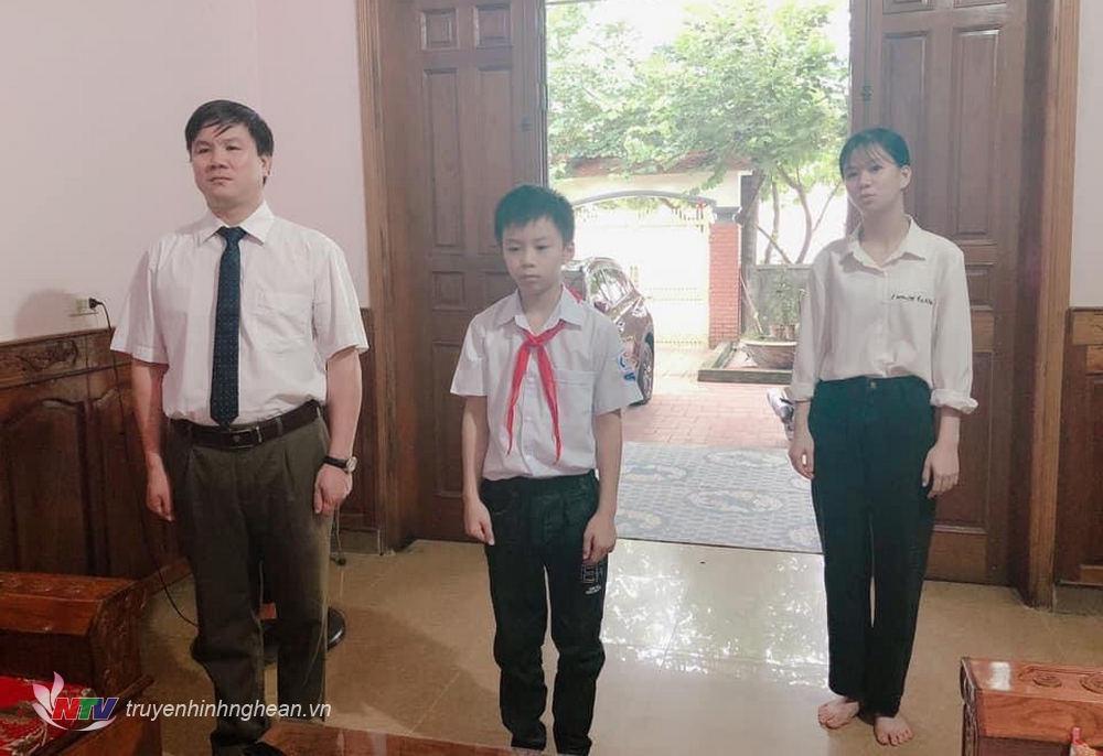 Đúng 8h sáng nay, lễ khai giảng năm học mới được phát sóng trực tiếp trên Đài PTTH Nghệ An. Nhiều trường học ở Quỳ Châu nhắc học sinh mặc đồng phục hoặc trang phục chỉnh tề theo dõi lễ khai giảng online.