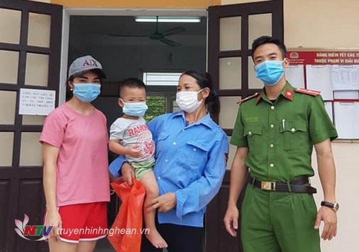 Đại diện Công an xã Phú Thành, huyện Yên Thành trao trả cháu bé cho gia đình
