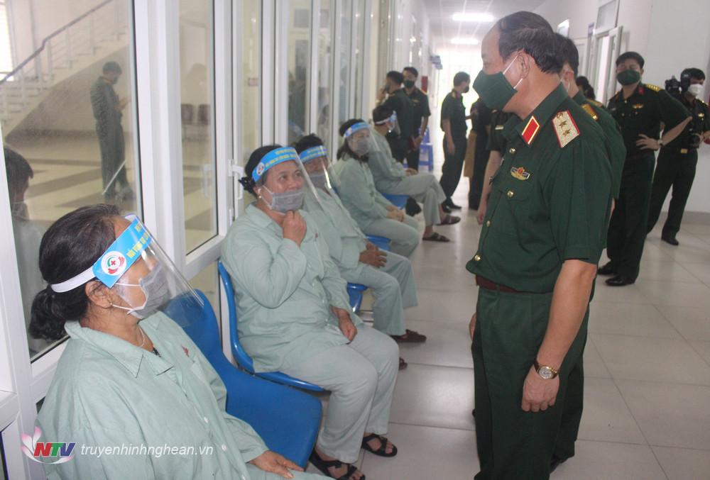 Trung tướng Trần Võ Dũng kiểm tra mô hình Bát cháo tình thương ở Bệnh viện Quân y 4.