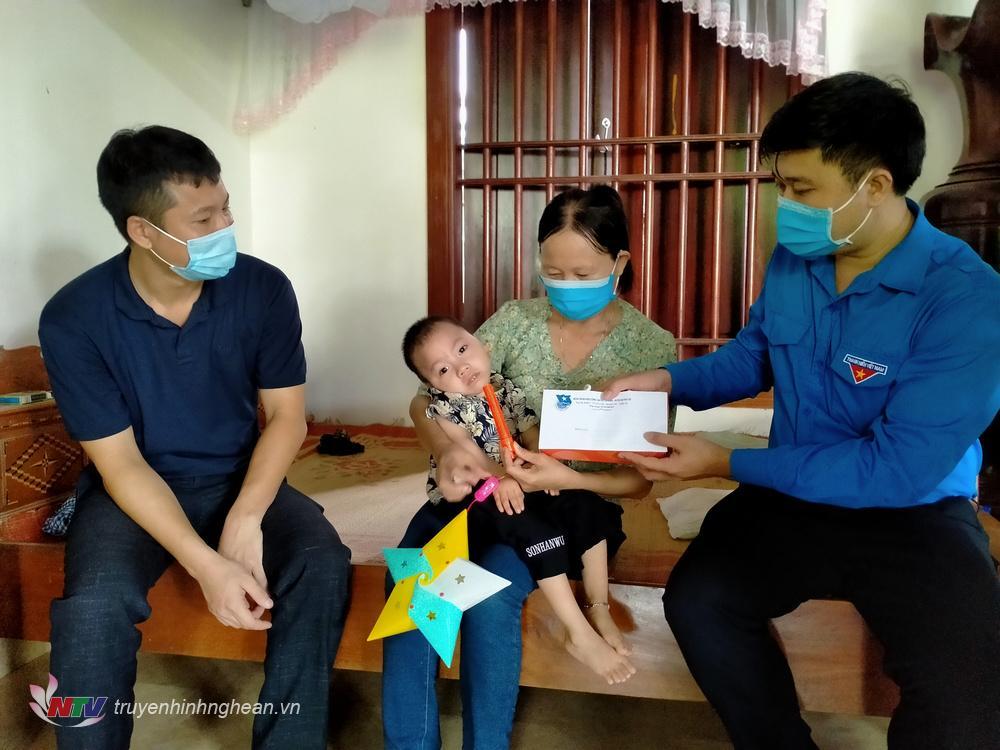 Đoàn đã đến tặng quà cho em Bùi Đức Thành ở xóm 10, xã Quỳnh Thanh