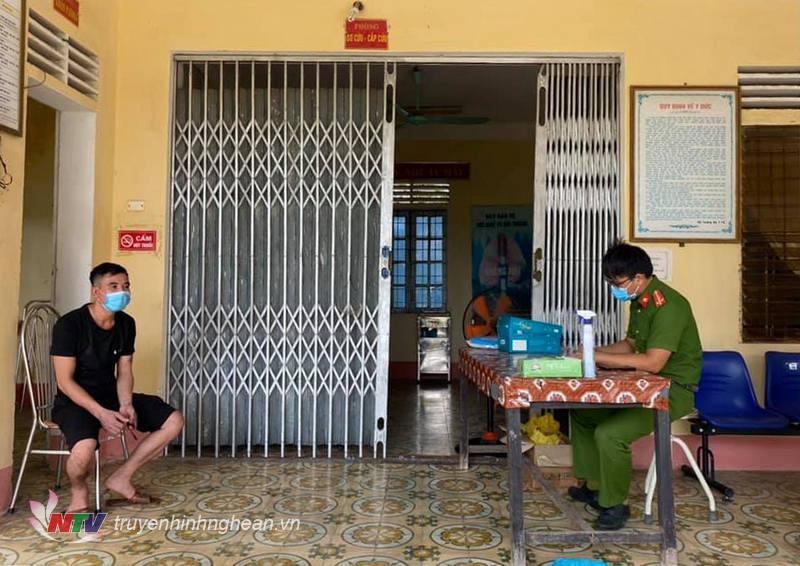 Ban công an xã Quỳnh Minh (Quỳnh Lưu) triệu tập đối tượng để làm rõ hành vi trốn tránh cach ly tập trung.