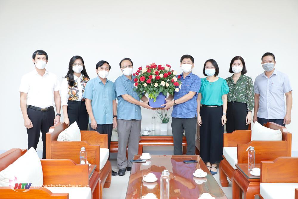 Thường trực HĐND tỉnh tặng hoa chúc mừng Đài PTTH Nghệ An.