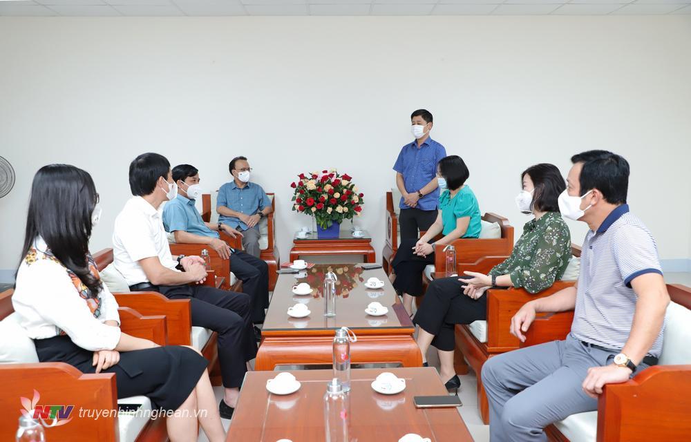 Đồng chí Trần Minh Ngọc - Phó Giám đốc Đài PTTH Nghệ An, Chủ tịch Hội nhà báo tỉnh phát biểu cảm ơn.