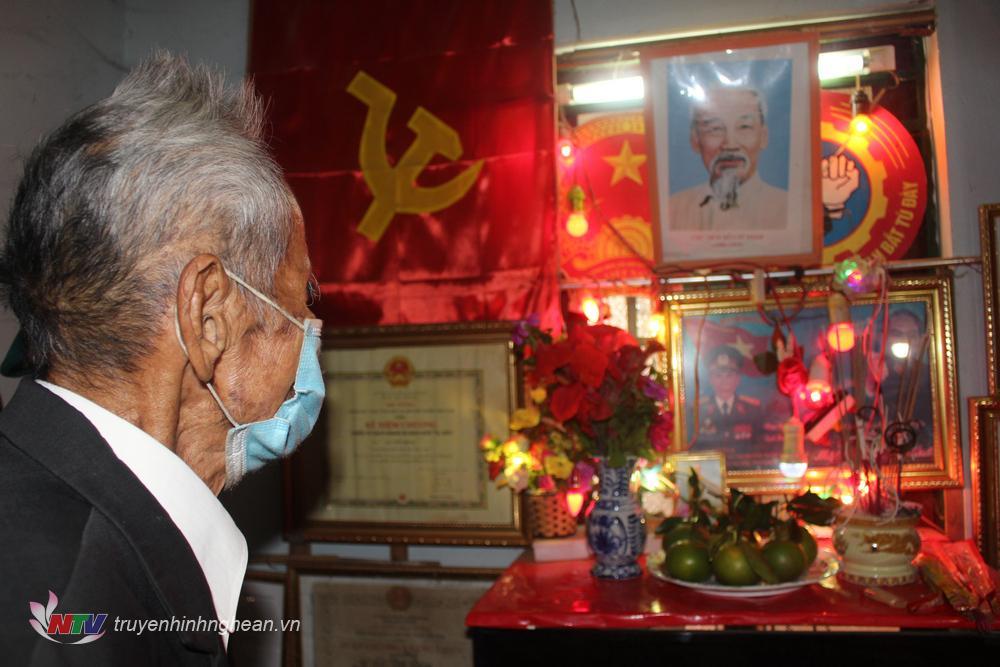 Ông Lê Viết Đúng, cựu địch bắt tù đày bên bàn thờ Bác Hồ của gia đình
