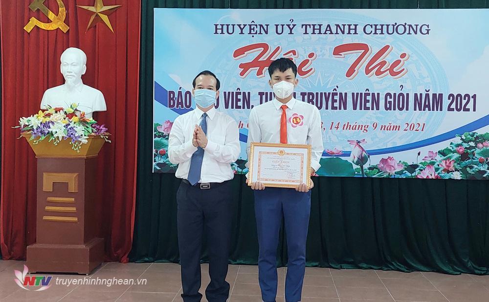 Đồng chí Nguyễn Văn Quế - P. Bí thư Thường trực Huyện ủy trao giải nhất cho thí sinh Trần Võ Hiệp – Đảng ủy xã Thanh Đồng.