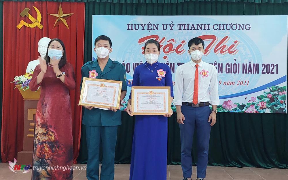 Đồng chí Lê Thị Hồng Thiết – Trưởng ban Tuyên giáo – Giám đốc Trung tâm Chính trị huyện trao hai giải nhì cho các thí sinh