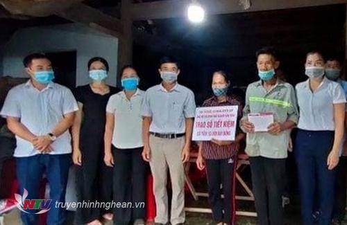 Trao sổ tiền kiệm cho gia đình bà Bắc ở xã Thanh Liên.