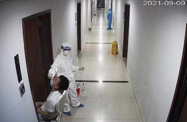 Nhân viên y tế lẫy mẫu xét nghiệm tại nhà bên trong chung cư 69 Vũ Trọng Phụng.
