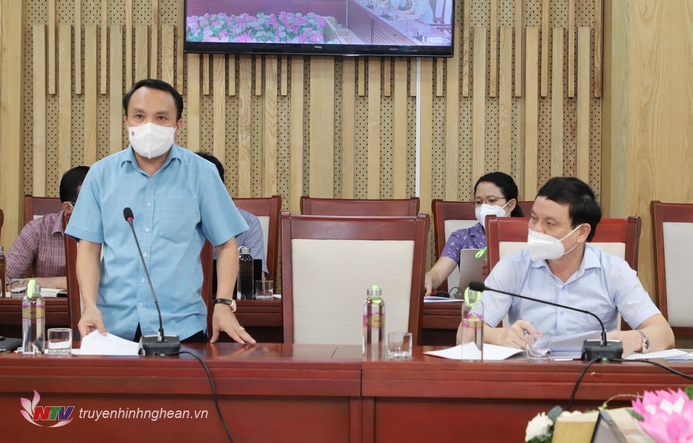 Giám đốc Sở Y tế Dương Đình Chỉnh báo cáo tại cuộc họp.