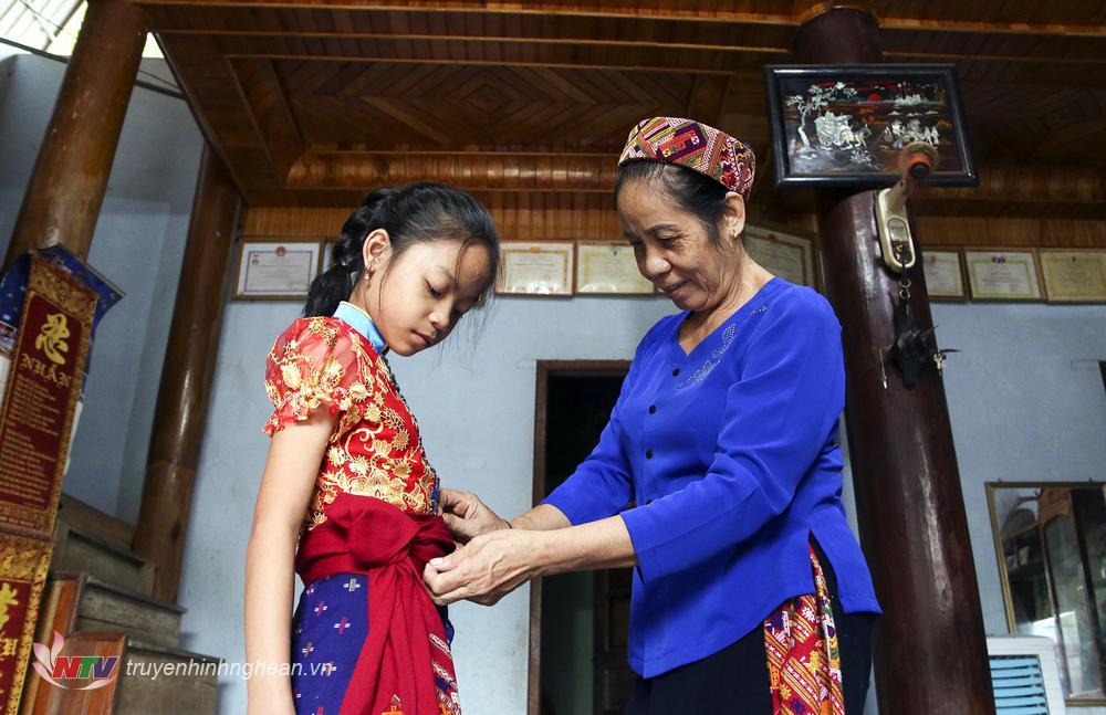 Từ sáng sớm, nhiều gia đình tập trung hô trợ các em chuẩn bị trang phục tươm tất để tham dự lễ khai giảng trực tuyến.