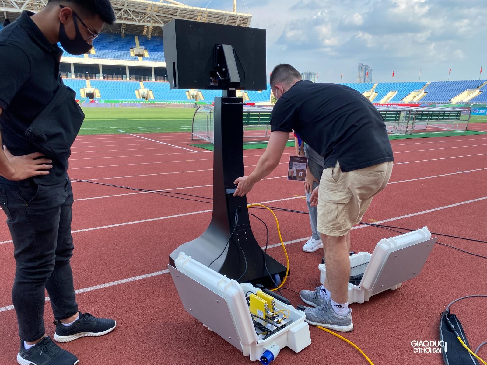 Công nghệ phục vụ cho trọng tài chính xem lại các tình huống trên sân nhằm xác định chính xác lỗi vi phạm của các cầu thủ.