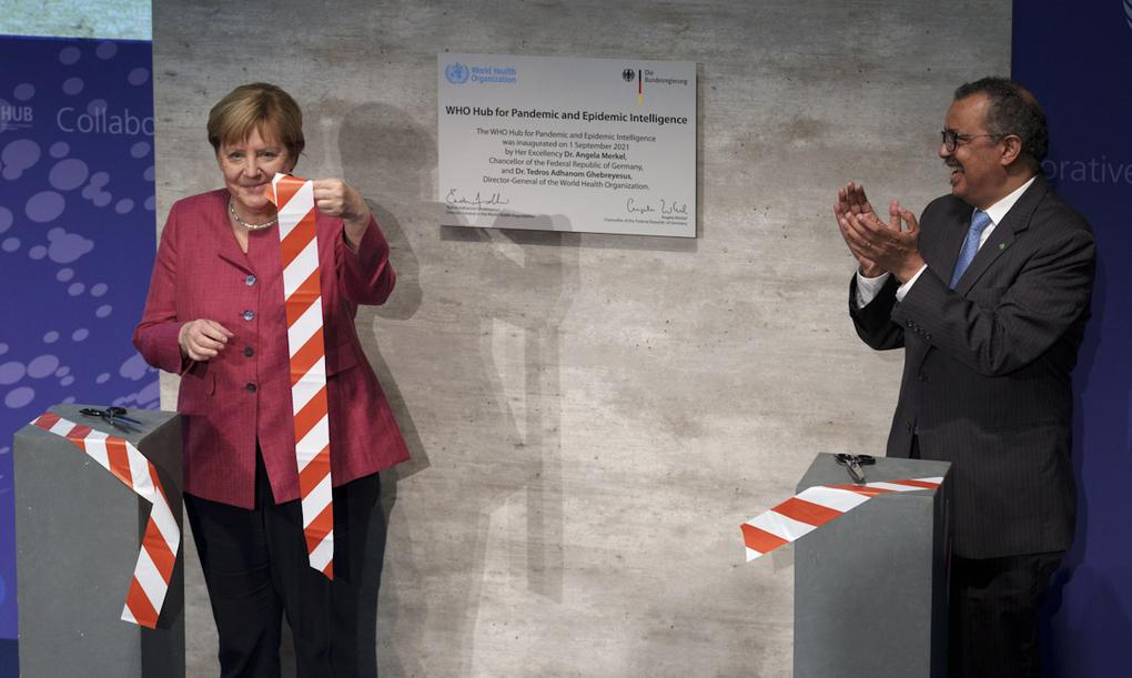 Tổng giám đốc WHO Tedros Adhanom Ghebreyesus (phải) và Thủ tướng Đức Angela Merkel cắt băng khai trương trung tâm tình báo đại dịch tại Berlin, Đức hôm 1/9. Ảnh:AP.