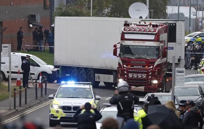 Cảnh sát phong tỏa hiện trường xe container chứa 39 thi thể ở Khu công nghiệp Waterglade thuộc Grays, phía Đông London, Anh ngày 23/10/2019.