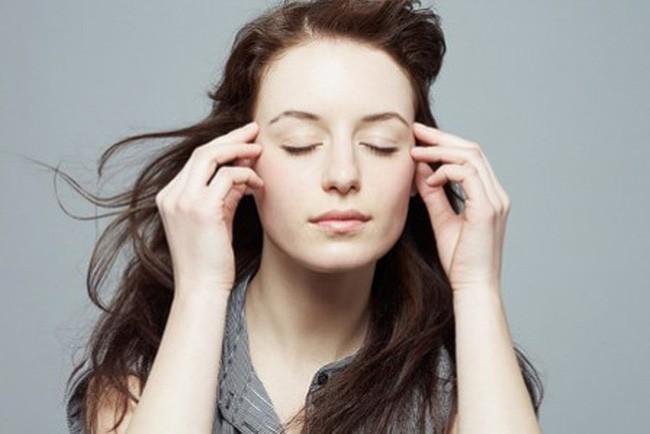 Để mắt nghỉ ngơi: Hãy để mắt nghỉ ngơi khoảng 20 giây sau khi nhìn vào màn hình điện thoại trong 20 phút. Sau đó đưa tầm mắt ra xa, nhìn vào một đồ vật cách đó khoảng 6-10m. Làm như vậy sẽ giúp cơ mắt bạn thư giãn.