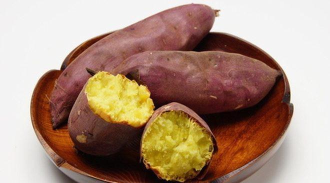 Những người có hệ tiêu hóa không tốt, thường xuyên bị đầy hơi, trướng bụng không nên ăn nhiều khoai lang vì lúc ăn sẽ làm tăng tiết dịch vị, gây nóng ruột, ợ chua, càng sinh hơi trướng bụng.