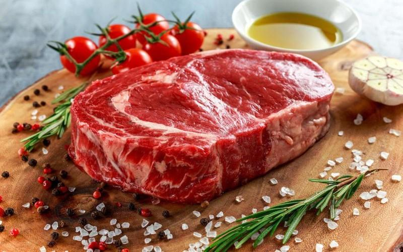 Các loại thịt đỏ như: thịt cừu, thịt bò... chứa hàm lượng sắt cao, rất dễ để cơ thể có thể hấp thụ và sản sinh hồng cầu, ngăn ngừa thiếu máu.