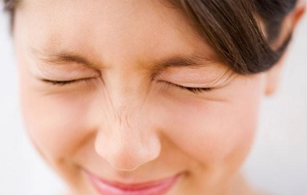 Chớp mắt thường xuyên hơn: Khi bạn đang dùng điện thoại thông minh, tốc độ chớp mắt của bạn giảm xuống có thể khiến mắt khô, dẫn đến kích ứng mắt, đỏ, đau và mờ mắt. Chớp mắt thường xuyên hơn sẽ giữ cho đôi mắt của bạn ẩm ướt và giảm kích ứng.