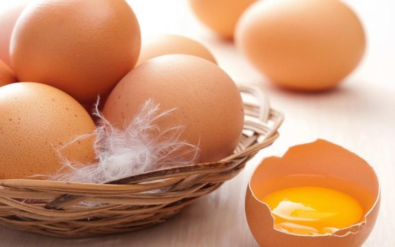 Trứng là một nguồn giàu protein và chứa rất nhiều chất chống oxy hóa, sẽ hỗ trợ việc tích trữ vitamin trong cơ thể khi đang bị thiếu máu. Đồng thời, một quả trứng có chứa 1mg sắt do vậy ăn một quả trứng mỗi ngày sẽ giúp cơ thể bạn không bị thiếu máu.