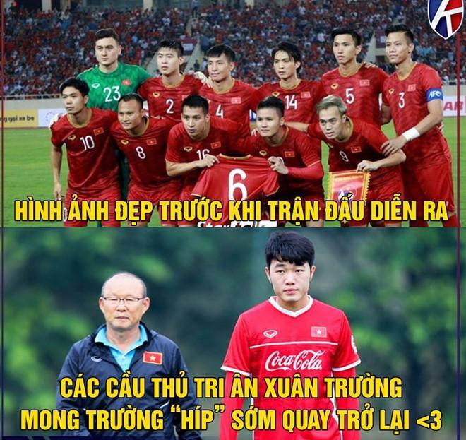 """Trước khi trận đấu diễn ra, cầu thủ tuyển Việt Nam khiến nhiều người xúc động khi tri ân Lương Xuân Trường bằng cách chụp ảnh cùng chiếc áo đấu của anh. Sau buổi tập chiều 30/9, Trường """"Híp"""" bị chấn thương đứt dây chằng chéo, khiến anh phải bỏ lỡ tất cả trận đấu quan trọng của CLB HAGL cũng như đội tuyển Việt Nam trong khoảng 9 tháng tới. Ảnh: Kênh thể thao."""
