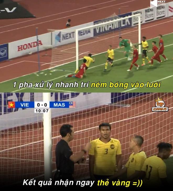 Vào phút thứ 10, trong một tình huống lộn xộn trước khung thành của Đặng Văn Lâm, hậu vệ số 3 bên phía Malaysia đã dùng tay chơi bóng. Hành động này khiến anh phải nhận một thẻ vàng. Ảnh: Top Comments.