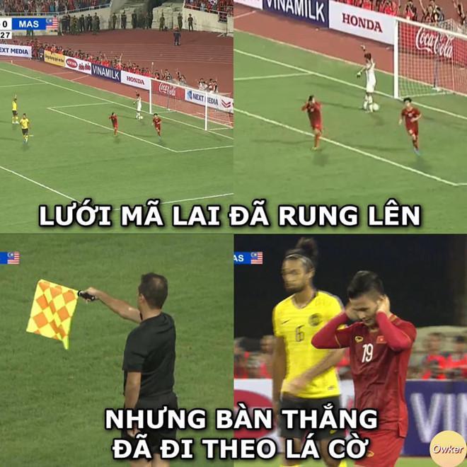 """18 phút sau, từ pha thoát xuống của Quang Hải, lưới của đội tuyển Malaysia đã rung lên. Tuy nhiên, trọng tài biên đã căng cờ báo hiệu Hải """"Con"""" rơi vào thế việt vị. Ảnh: Fandom Owker."""