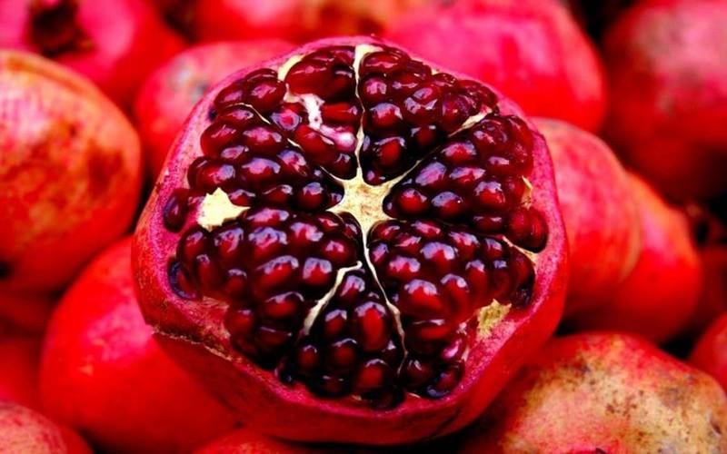 Lựu là một trong những loại trái cây phổ biến giàu chất sắt và vitamin C. Ăn lựu giúp cải thiện lưu lượng máu trong cơ thể và lựu cũng rất hiệu quả trong điều trị các triệu chứng thiếu máu như chóng mặt, mệt mỏi