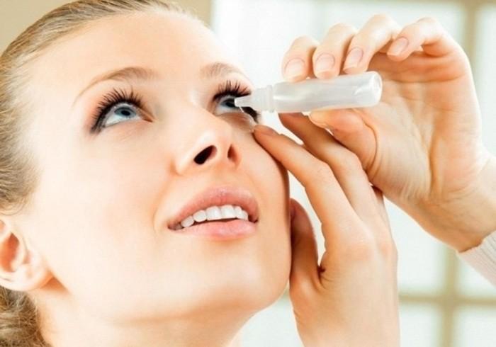 Nhỏ nước muối sinh lý: Một cách khác để bảo vệ đôi mắt của bạn là nhỏ nước muối sinh lý. Khi nào cảm thấy mỏi mắt, khô mắt thì có thể nhỏ mắt bằng nước muối sinh lý để làm giảm khô và kích ứng mắt.