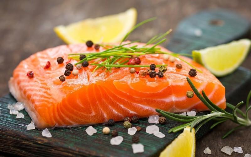 Cá cũng sẽ giúp ngăn ngừa bệnh thiếu máu vì có chứa sắt. Một số loài cá béo phổ biến như cá hồi, cá ngừ cũng như các loại thực phẩm biển khác như sò, hàu rất giàu chất sắt.