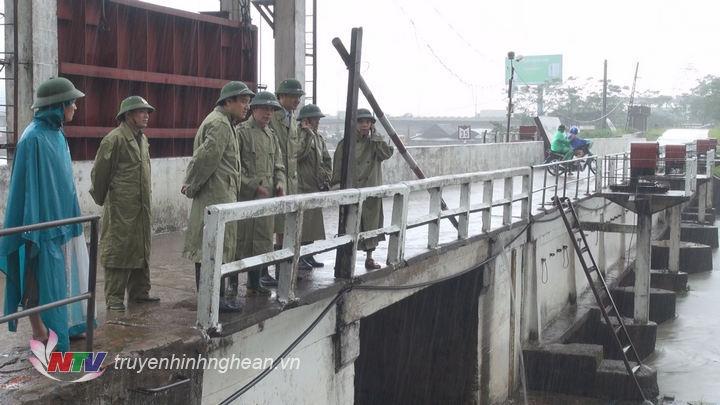 Bí thư Tỉnh ủy Nguyễn Đắc Vinh đã đến kiểm tra tình hình bơm thoát nước tại bara Bến Thủy