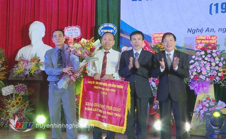 Lãnh đạo Đại học Vinh tặng bức trướng nhân kỷ niệm thành lập khoa.