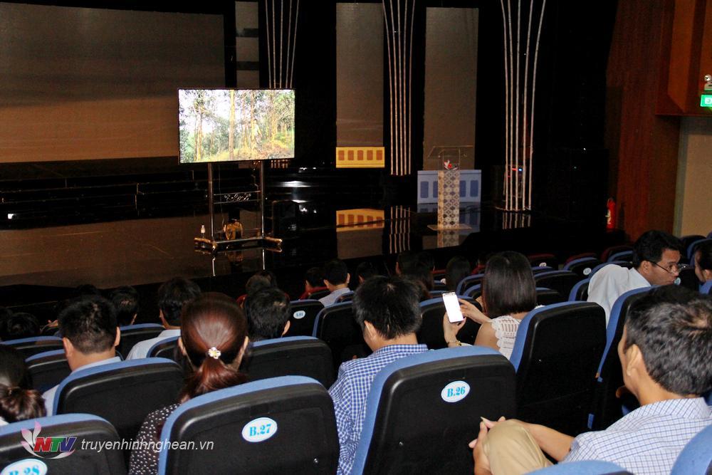 Các đại biểu nghe, xem các tác phẩm tại liên hoan.