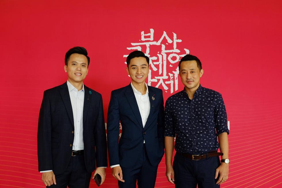 Êkíp Bắc Kim Thang giao lưu với khán giả Hàn Quốc tại Busan gồm (từ trái qua): nhà sản xuất Hoàng Quân, diễn viên Trịnh Tài và chuyên gia hậu kỳ Đào Duy Hưn