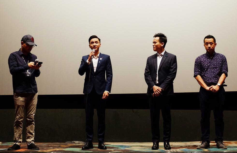 Diễn viên Trịnh Tài chào khán giả tại Liên hoan phim Busan