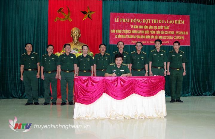 Đại diện các đơn vị ký giao ước thi đua.