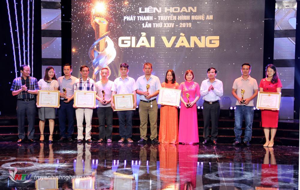 Đ/c Nguyễn Như Khôi - TUV, Giám đốc Đài PT-TH Nghệ An và đ/c Đỗ Quốc Khánh - Trưởng ban KHoa giáo, Đài TH Việt Nam  trao giải cho các tác giả có tác phẩm phát thanh đạt giải Vàng.