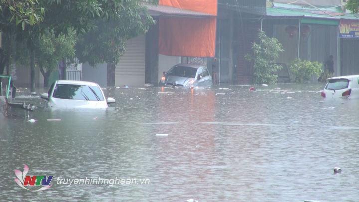 Khu vực xung quanh chợ Vinh nhiều đoạn bị ngập sâu