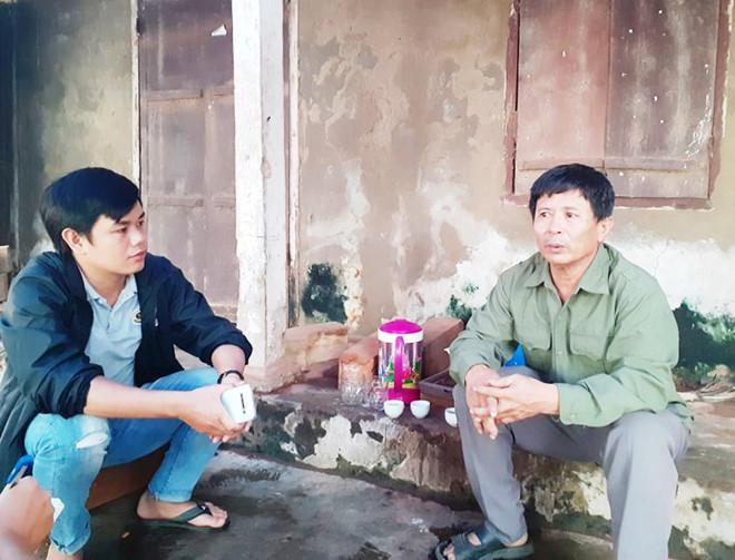 Ông Lê Tuân (phải), bố anh Lê Văn Hà.