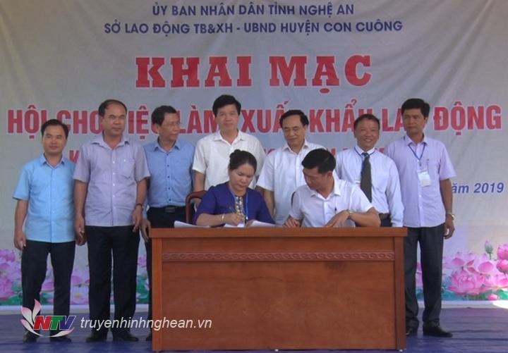 Ký kết biên bản hợp tác giữa huyện và các doanh nghiệp, đơn vị có nhu cầu tuyển dụng lao động.